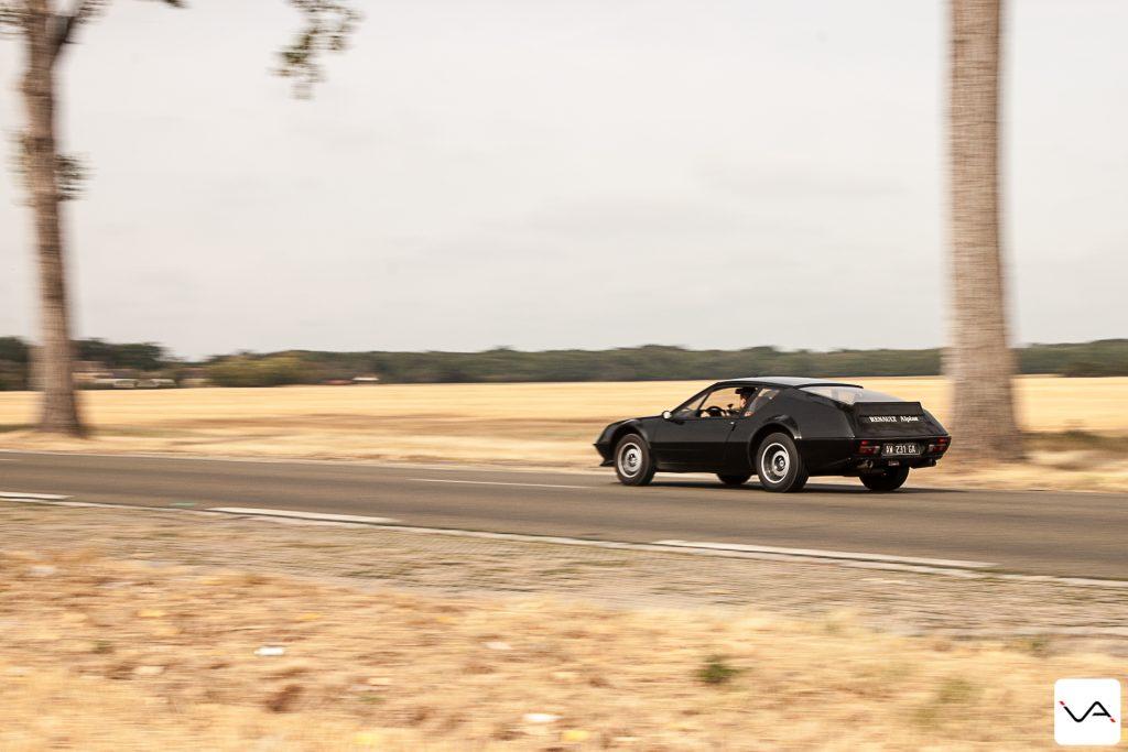 """Mais avant de rendre l'Alpine A310 à son propriétaire, nous continuons un peu notre trajet. Le train avant est plutôt léger. Il est d'ailleurs fortement conseiller de respecter la pression de pneus du constructeur et d'attaquer toujours avec au minimum la moitié du plein pour un meilleur équilibre des masses. On sent que le moteur arrière ne cherche qu'à passer devant à chaque transfert de masse brutal. Garder un filet de gaz minimum en appui est ici une obligation, pas une astuce pour gagner 1/10 de seconde. Tout est dans la délicatesse et les vieux dictons de mon père me reviennent en tête :""""Alpine et Porsche, c'est pas compliqué, tant que tu freines en ligne droite""""."""